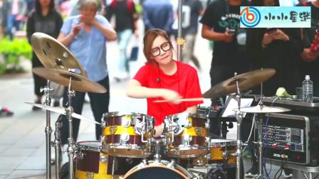靓妹酷炫的架子鼓表演,不仅吸引了围观群众还