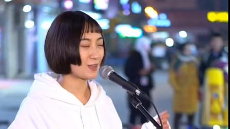 美女街头翻唱一首《南屏晚钟》,一开口就惊艳