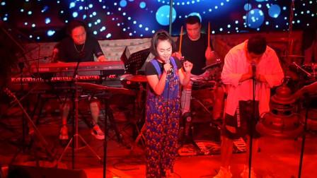 经典老歌被酒吧歌手翻唱走红,这是唱出了多少