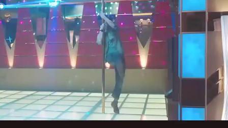 俩男人为了梦想 居然跳起了钢管舞 真是不忍直视