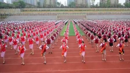 准空姐齐跳曳步舞 成都天航万名学生亮美腿