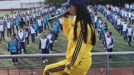 别人的美丽女体育老师,教全校跳曳步舞,小姐