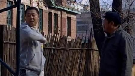 范德彪和体育老师在操场上较劲,彪哥这个卖劲