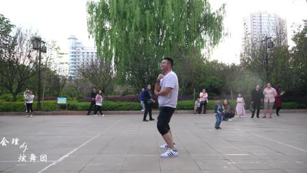 胖子在广场热舞,那小腰扭得太迷人了!