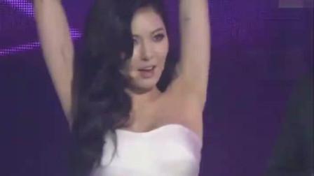 韩国热舞之泫雅,舞台上演唱经典歌曲,引领猫