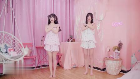 睡衣裸足姐妹花,在家大秀性感热舞,双胞胎真