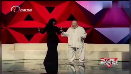 非洲美女和中国老年男子热舞,两人是什么关系