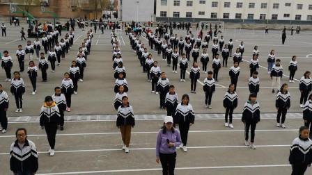 别人学校的课间操,体育老师带着跳舞,用民族
