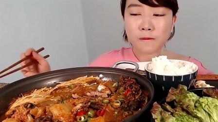 韩国女吃货,吃泡菜炖鱼肉,配上肉饼、米饭