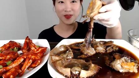 韩国女吃货,吃辣酱螃蟹加酱油螃蟹,用手抓着