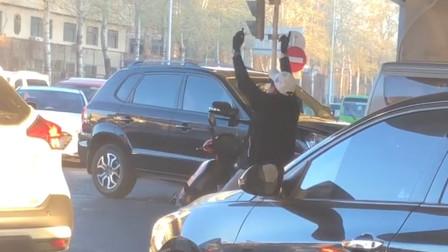大爷在红灯路口大跳热舞,电摩托都快被玩坏了