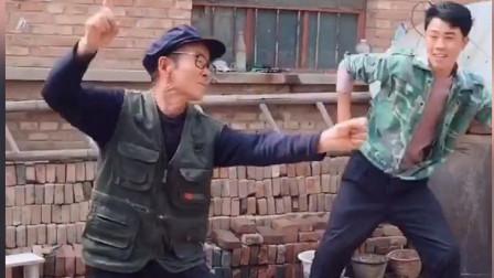 农村小伙和7询老父亲大跳动感热舞,一夜爆红网