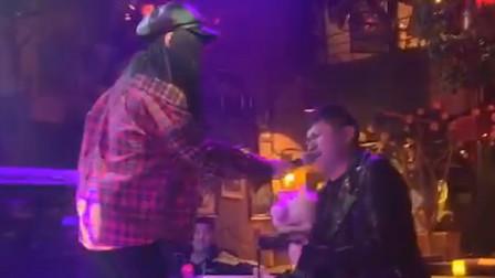 小伙歌技开口炸裂,酒吧美女把话筒递出去就后