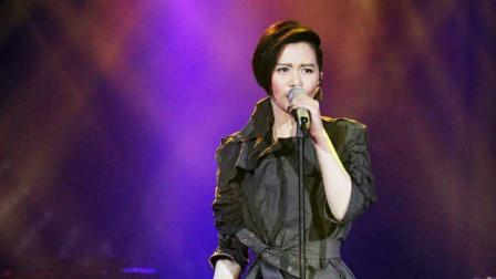 谭维维在音乐节上演唱《拥抱,还是那么的霸气
