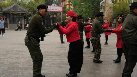 戈芳老师带领大家练习水兵舞第一套,音乐好听
