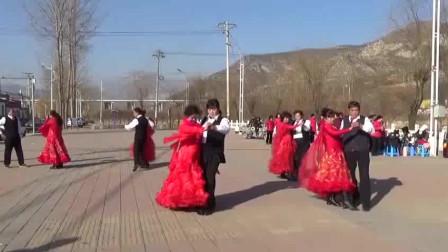 广场舞,舞姿优美 数人围观,锻炼身体享受生活