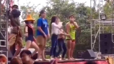 男子舞台上忘情热舞 结果下一秒就掉下舞台