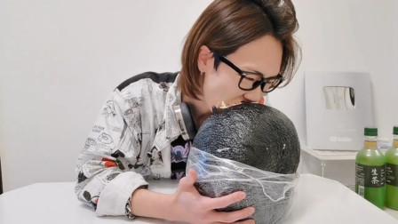 日本男子挑战7公斤大饭团,每一口都用尽全力,