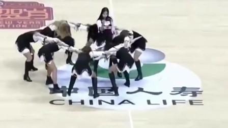 C*A美女啦啦队大秀美腿,躺下动作让现场观众大