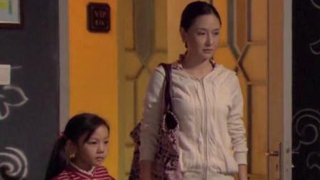 美女带着女儿,一脸愤怒的去KTV找老公,结果一