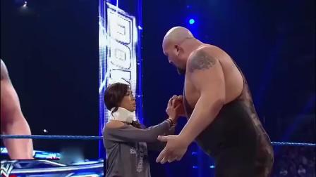 WWE:美女上台救男友,不料男友却扔下她跑了,