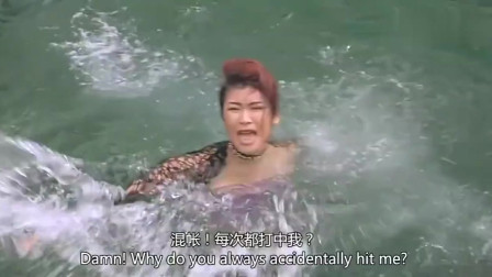小伙一脚把美女踢下水,太逗了!美女:你是不
