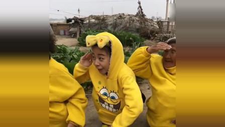 搞笑视频:女孩放学看到一个鸭子,没想到回家