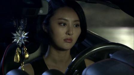 美女在和闺蜜聊天,突然来了辆车,下来就单膝