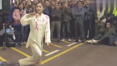 美女街头表演传统武术太极拳,韵味十足,观众
