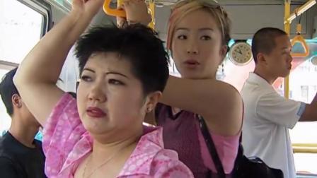 大脸妹公交车上嫌农民工脏,美女小偷看不下去