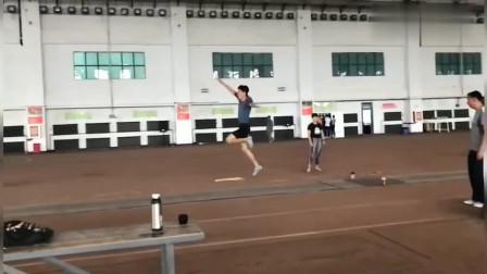 田径飞人:优秀的帅哥跳远动作很完美,努力你