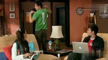 爱情公寓:张伟穿这衣服去酒吧,你看大家的眼