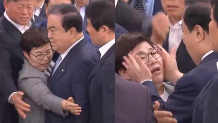 """韩国会议长对女议员""""捧脸杀""""被指性骚扰"""