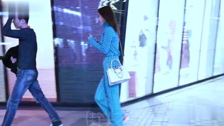 三里屯街拍,这妹子长得真标致,穿的蓝色格子
