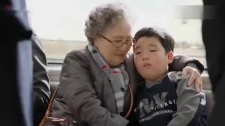 公交车遇到猥琐男,美女接电话几句话给整个公