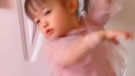 恬恬跟着音乐跳《小苹果》,这舞姿太美了!