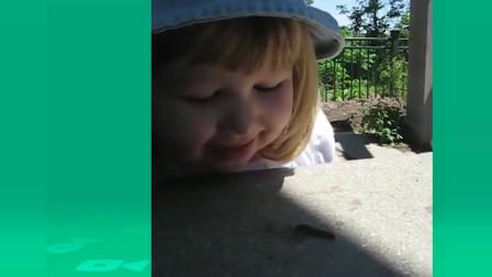 萌娃搞笑视频,宝宝被堆的积木砸到时,回头那