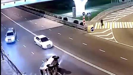 女司机花式翻车:轿车失控侧翻360度旋转,路人