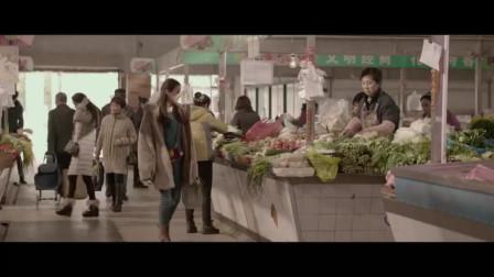 小伙菜市买鱼,商贩为何看见一美女就走了