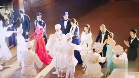 章子怡穿大红色紧身礼服与汪峰热舞,身材纤细