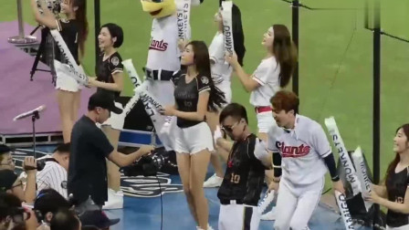 啦啦队美女们在球场跳舞,个个身姿曼妙,运动