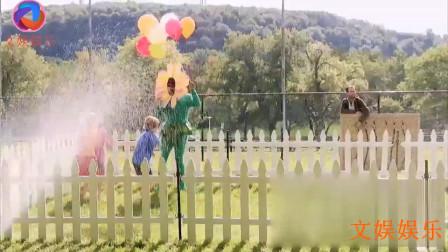 黑小伙扮成太阳花和小朋友在干啥!音乐一响,