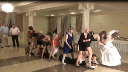 老外婚礼最开放游戏:新郎伴郎需从数十位美女