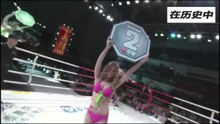 外国美女举牌宝贝身材太火辣,引起台下观众吹