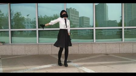 高挑美女空地跳舞,网友:如果把口罩摘了就完