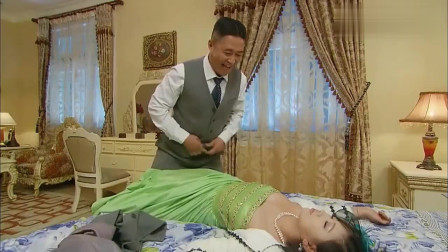 美女喝醉了,不怀好意的男子送她回到了房间。