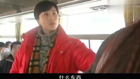 小伙在公交车上偷窃不成,反倒调戏美女,被美