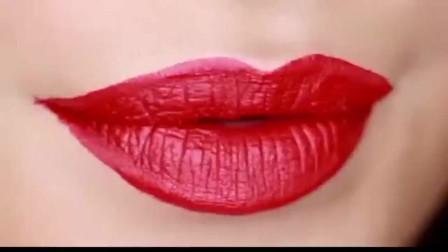 美女画完精致的口红,就开始吃泡面,但是却一