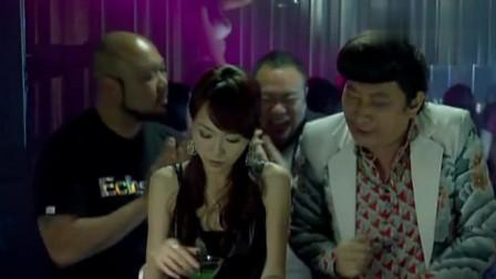 美女在酒吧里,遭遇陌生男子搭讪,男子撩妹技