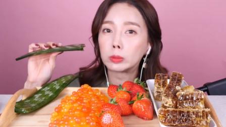 韩国女吃货吃芦荟、草莓和蜂巢蜜,塞嘴里大口